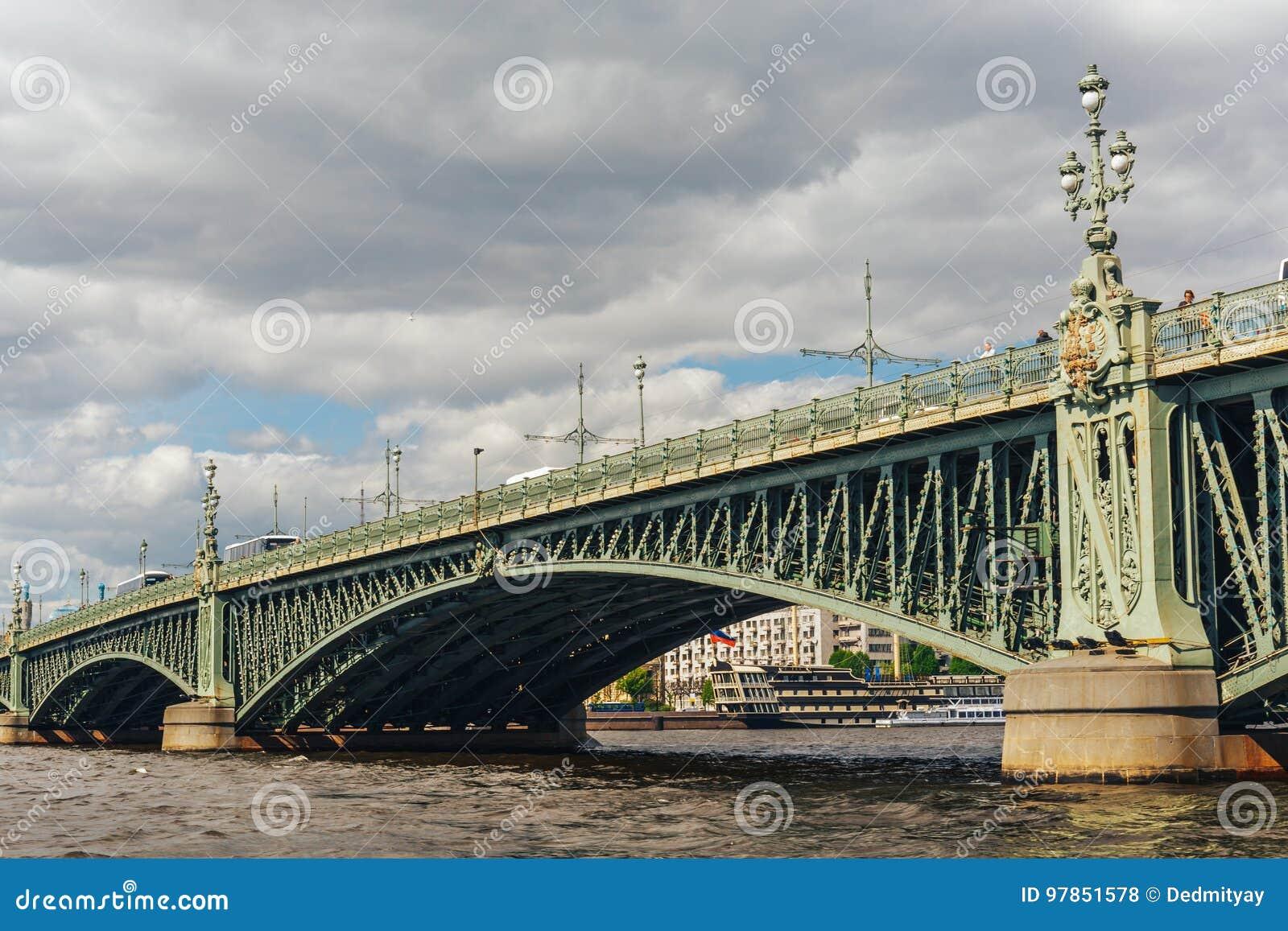 Ponte attraverso il Neva, St Petersburg della trinità