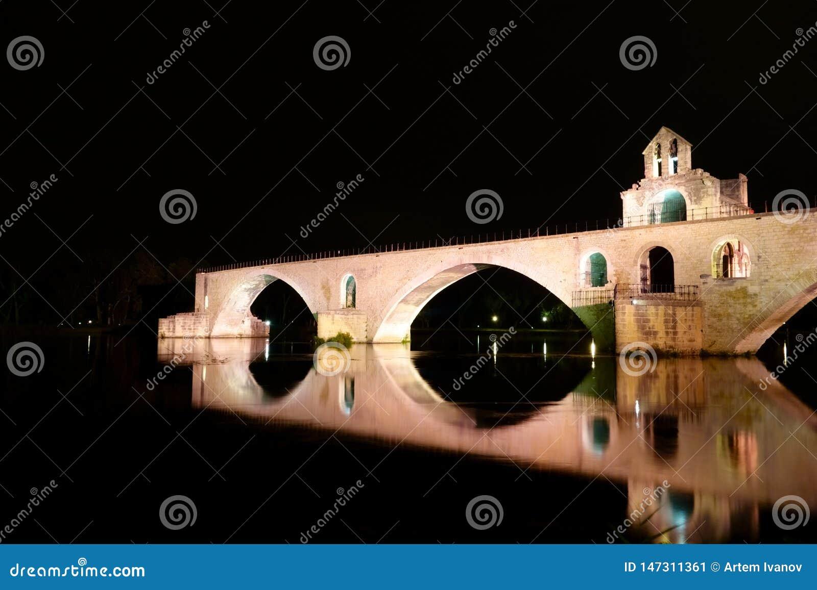 Ponte brilhantemente iluminada Pont d ?Avignon na cor cor-de-rosa