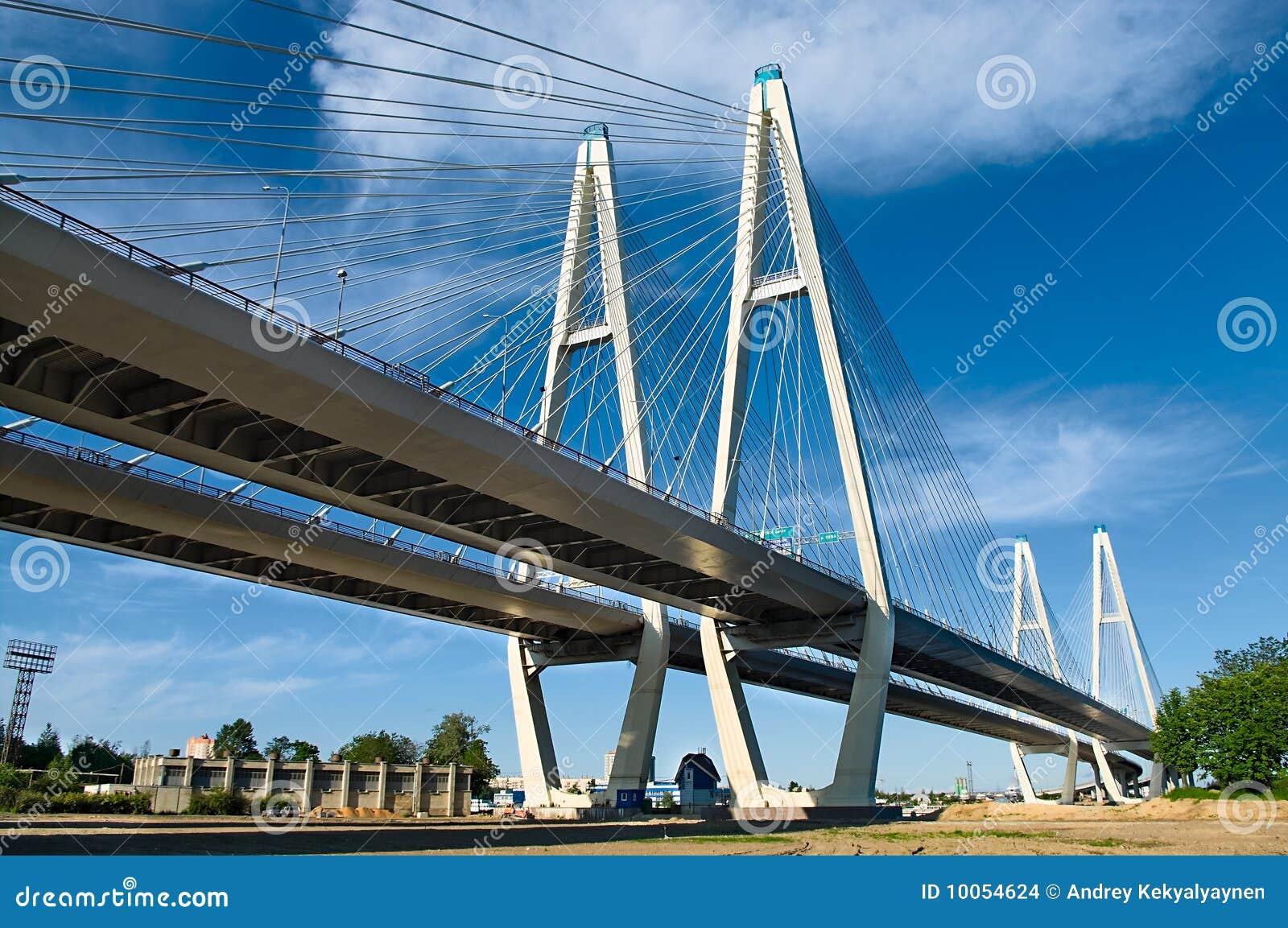 Ponte Cabo-apoiada através do rio