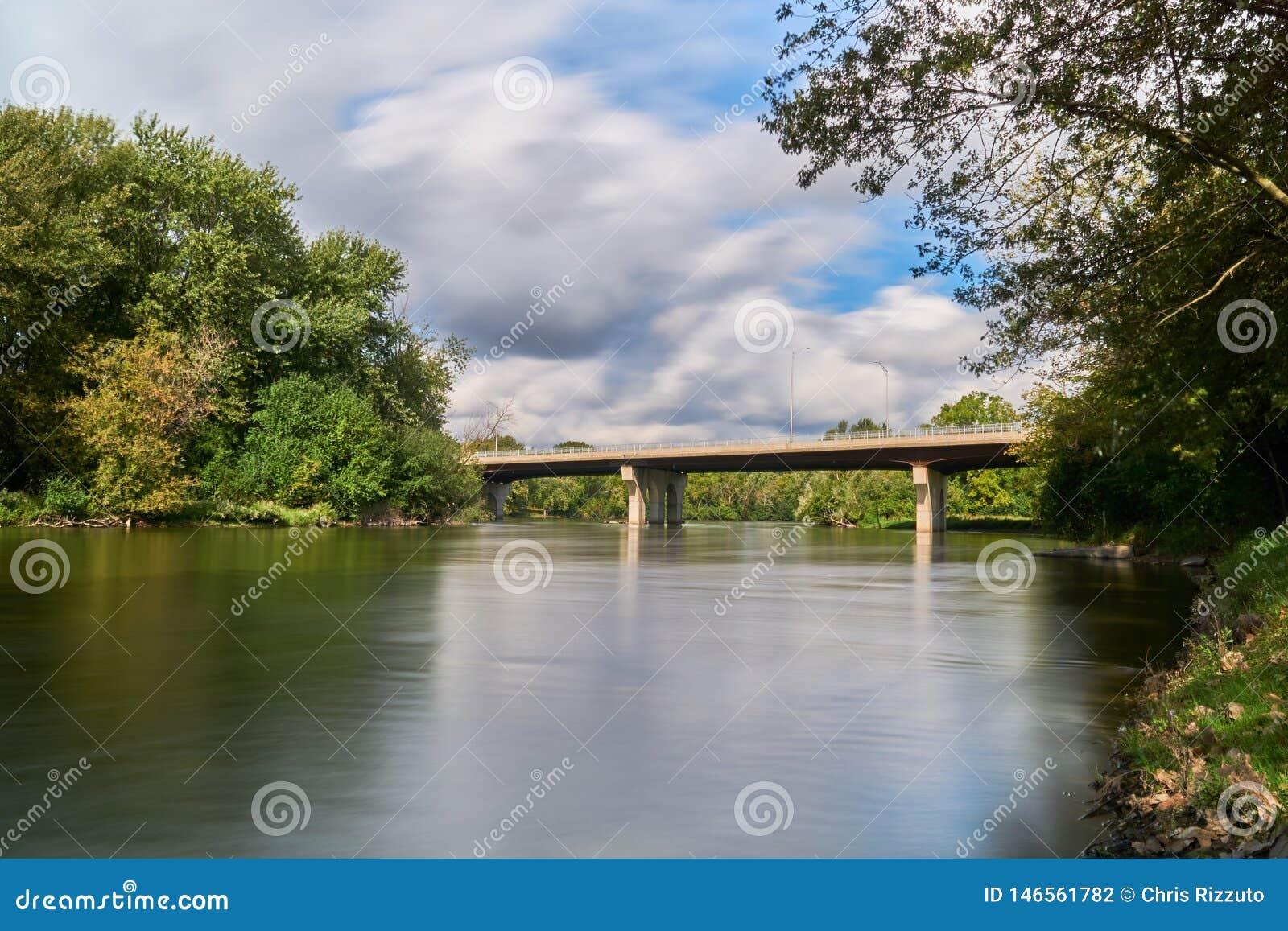 Ponte concreta sobre o rio da raposa em um dia nebuloso