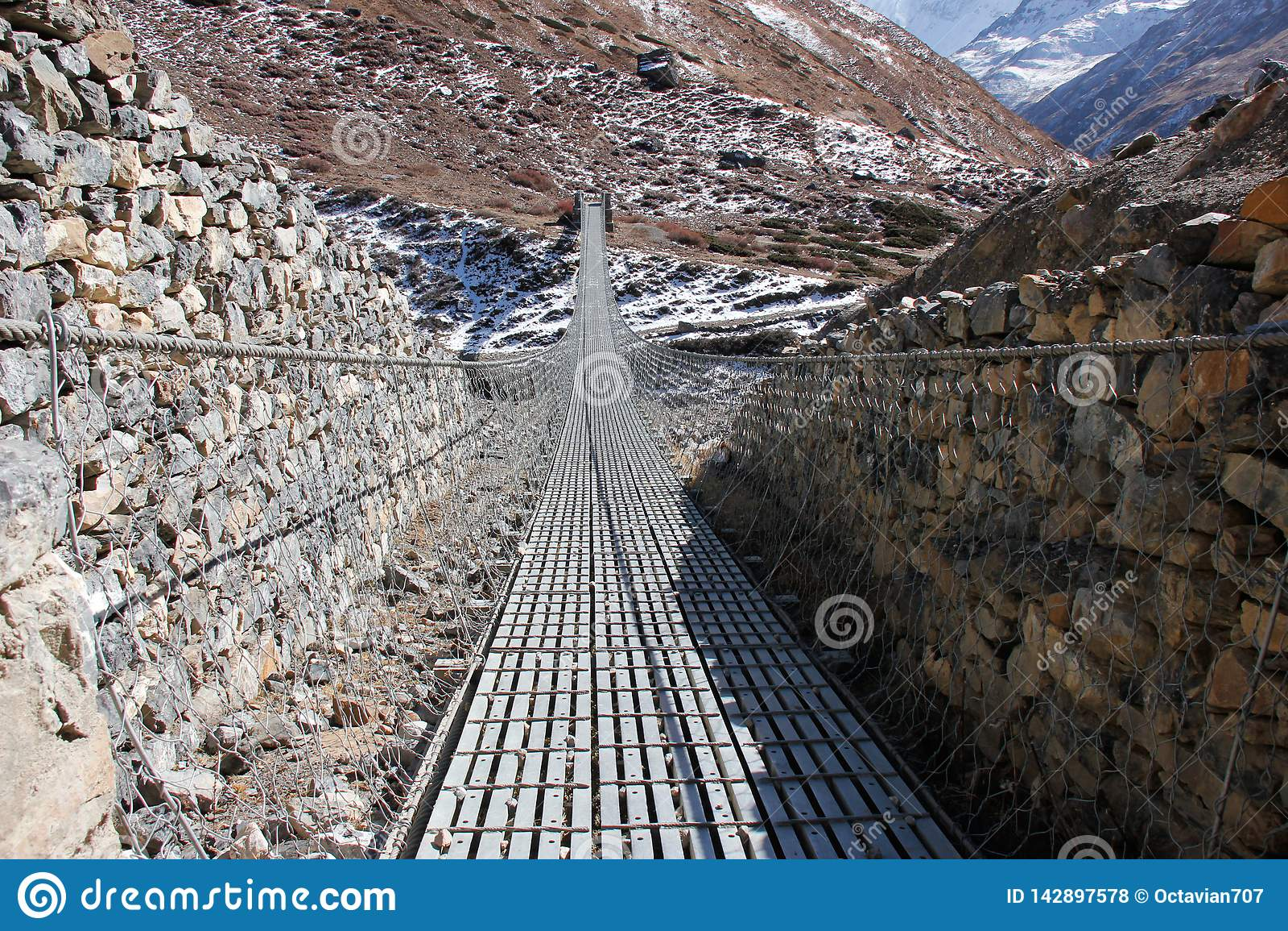 Ponte d acciaio nelle montagne dell Himalaya