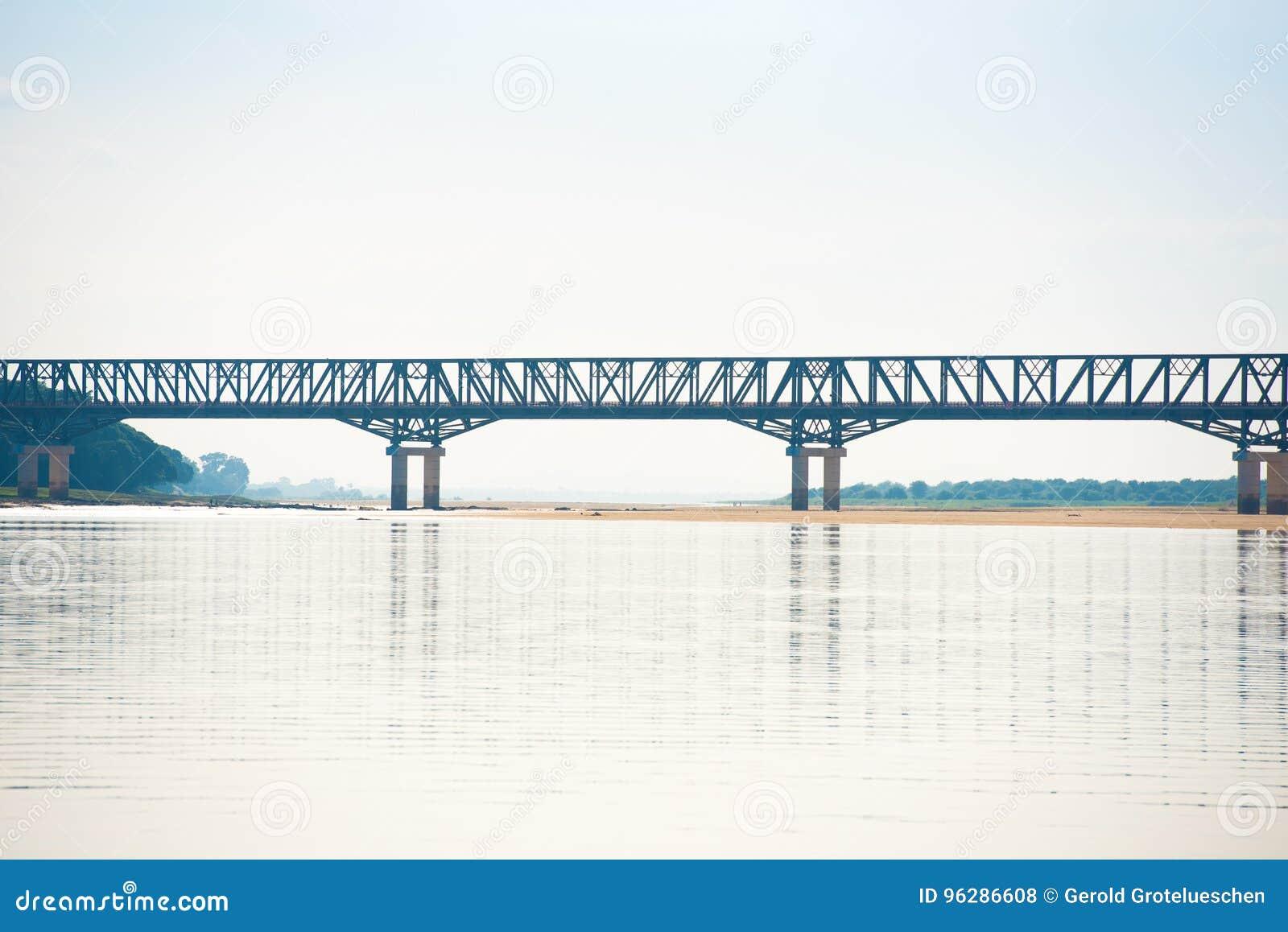 Ponte d acciaio sopra il fiume di Irrawaddy a Mandalay, Myanmar, Birmania Copi lo spazio per testo