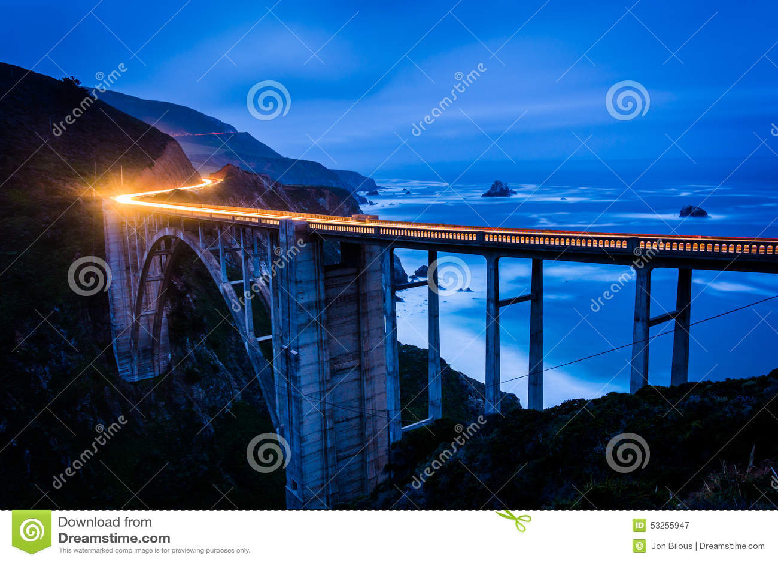 A ponte da angra de Bixby na noite, em Big Sur