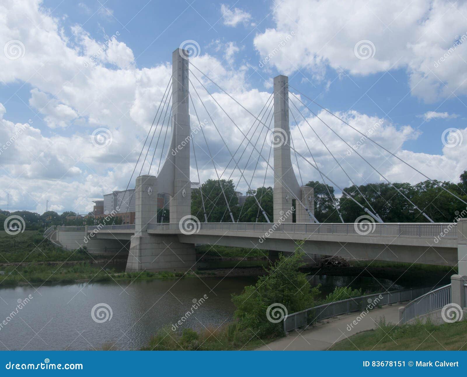 Ponte da avenida da pista