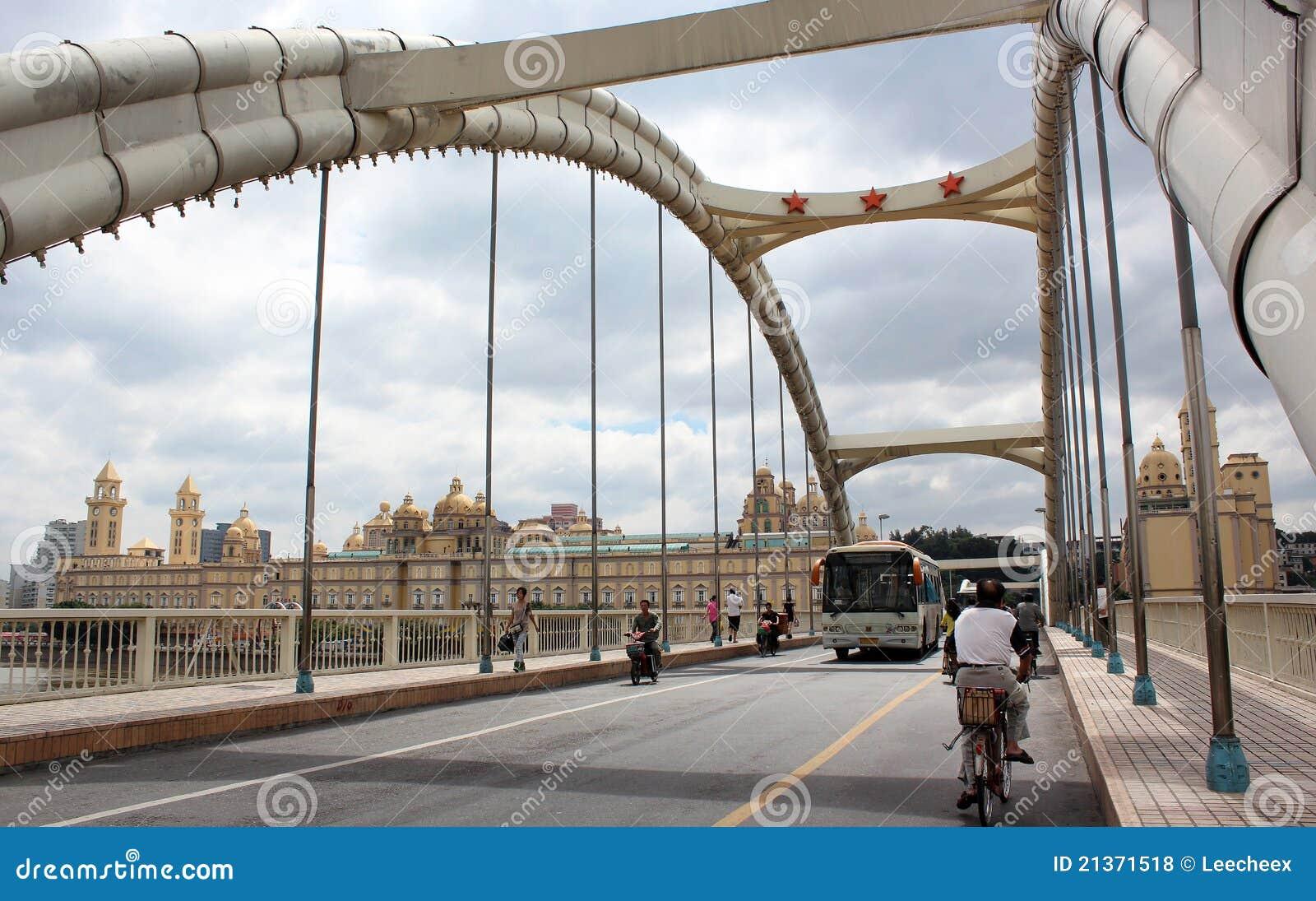 A ponte da libertação através do rio de Ming no fu