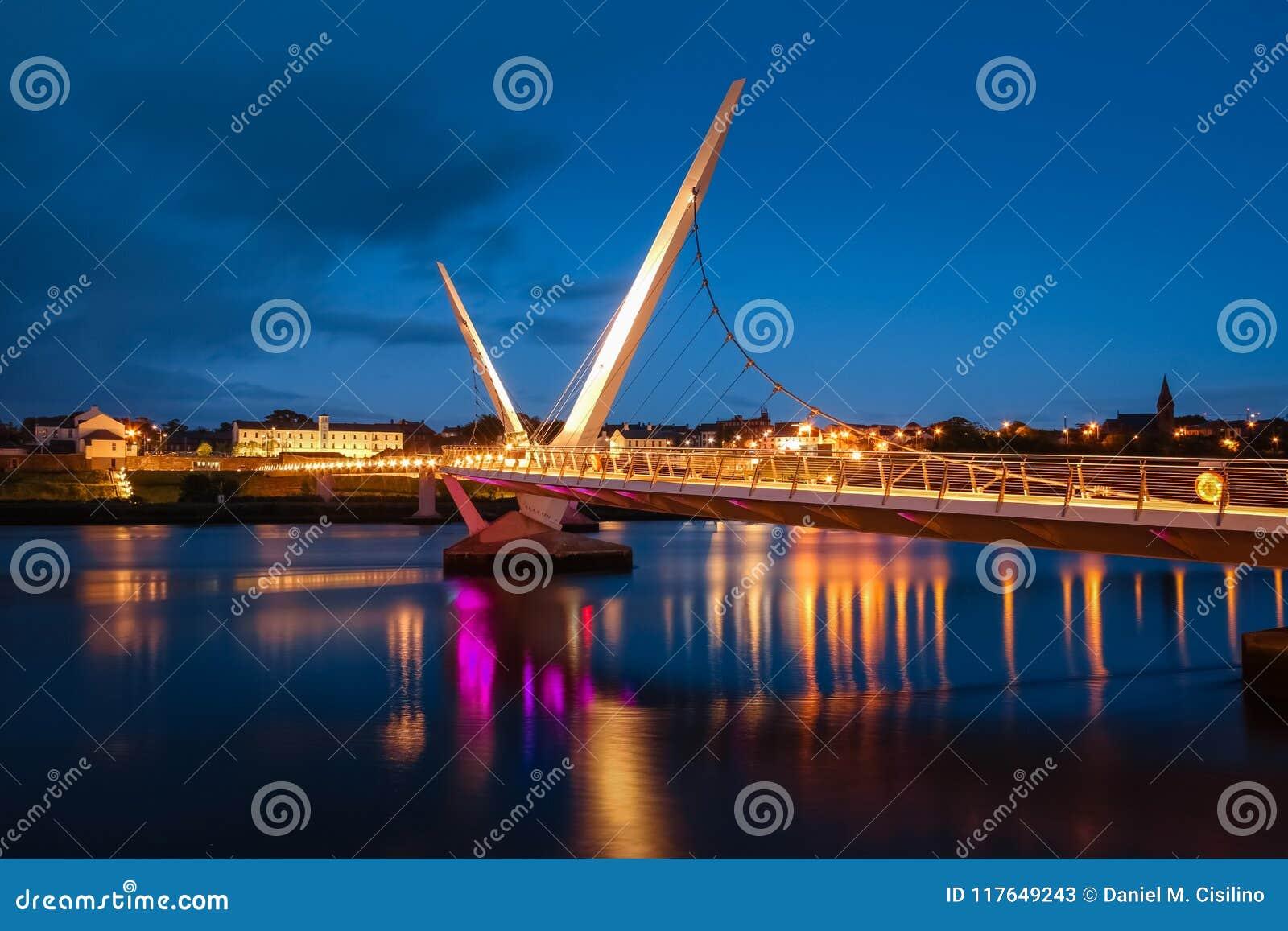 A ponte da paz Derry Londonderry Irlanda do Norte Reino Unido