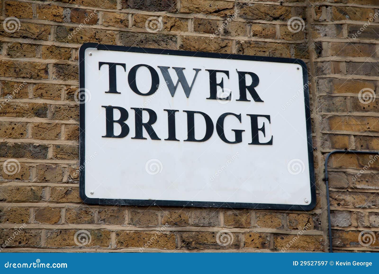 A ponte da torre assina dentro Londres