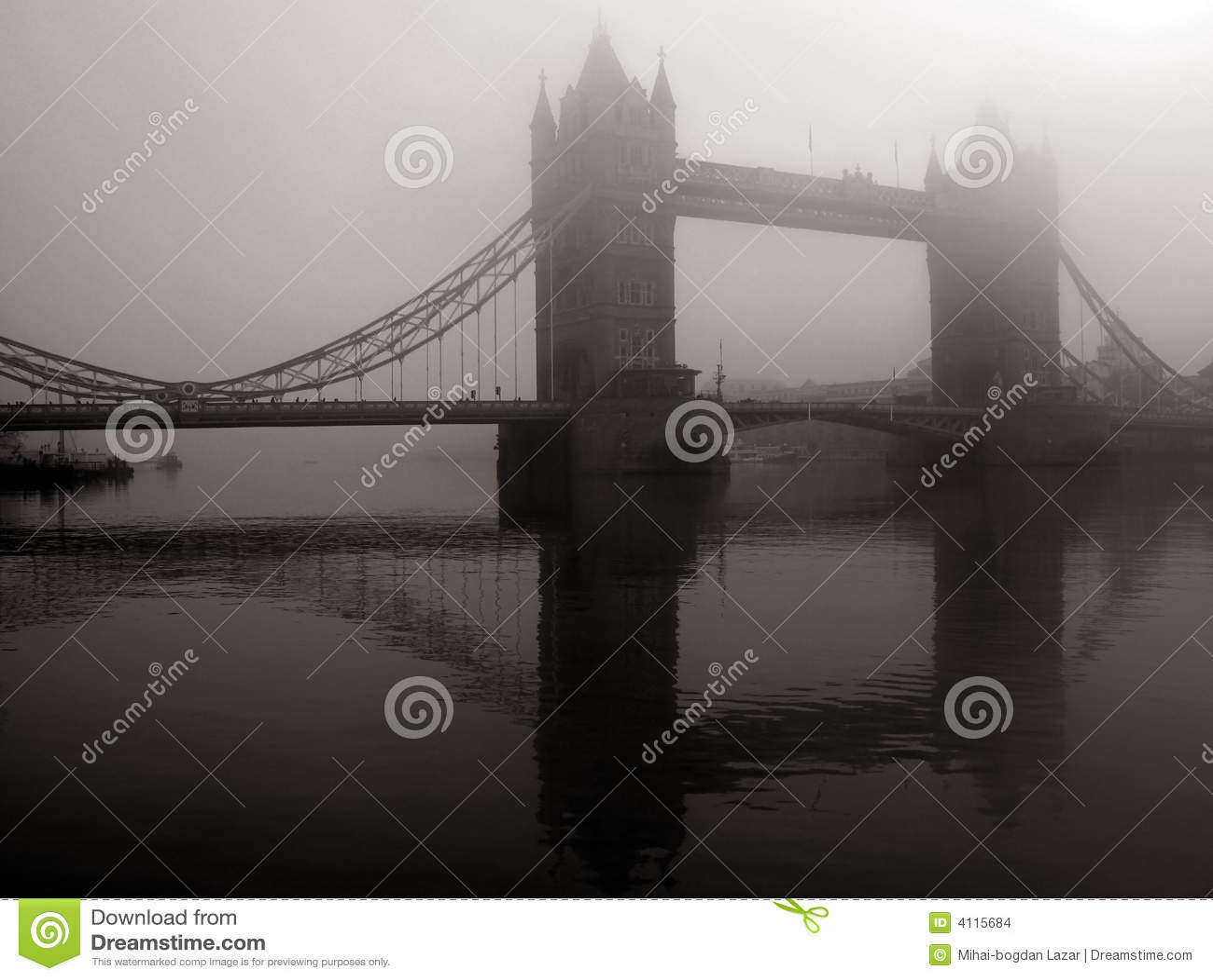 Ponte da torre na névoa, Londres, Reino Unido