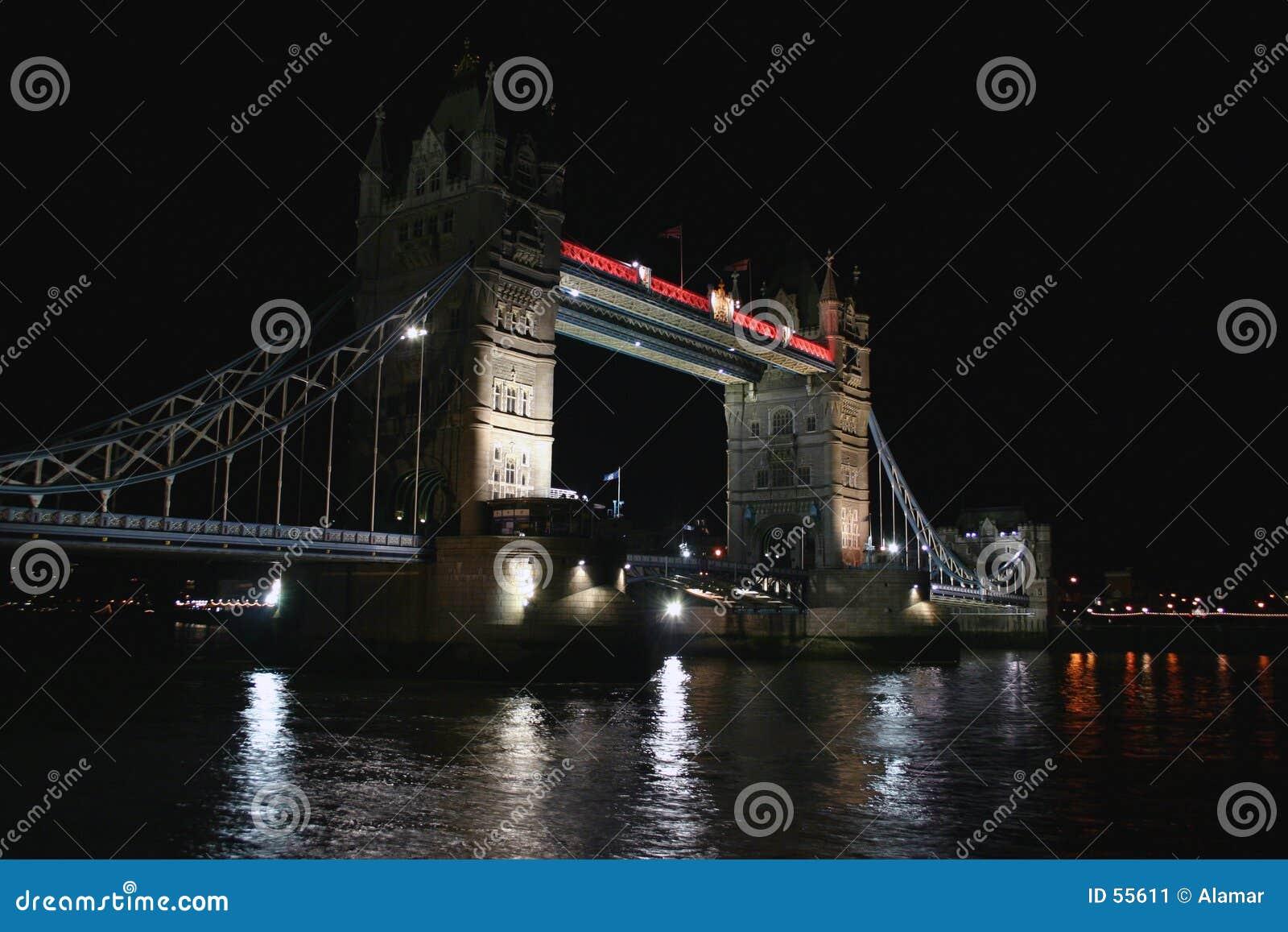 Ponte da torre na noite