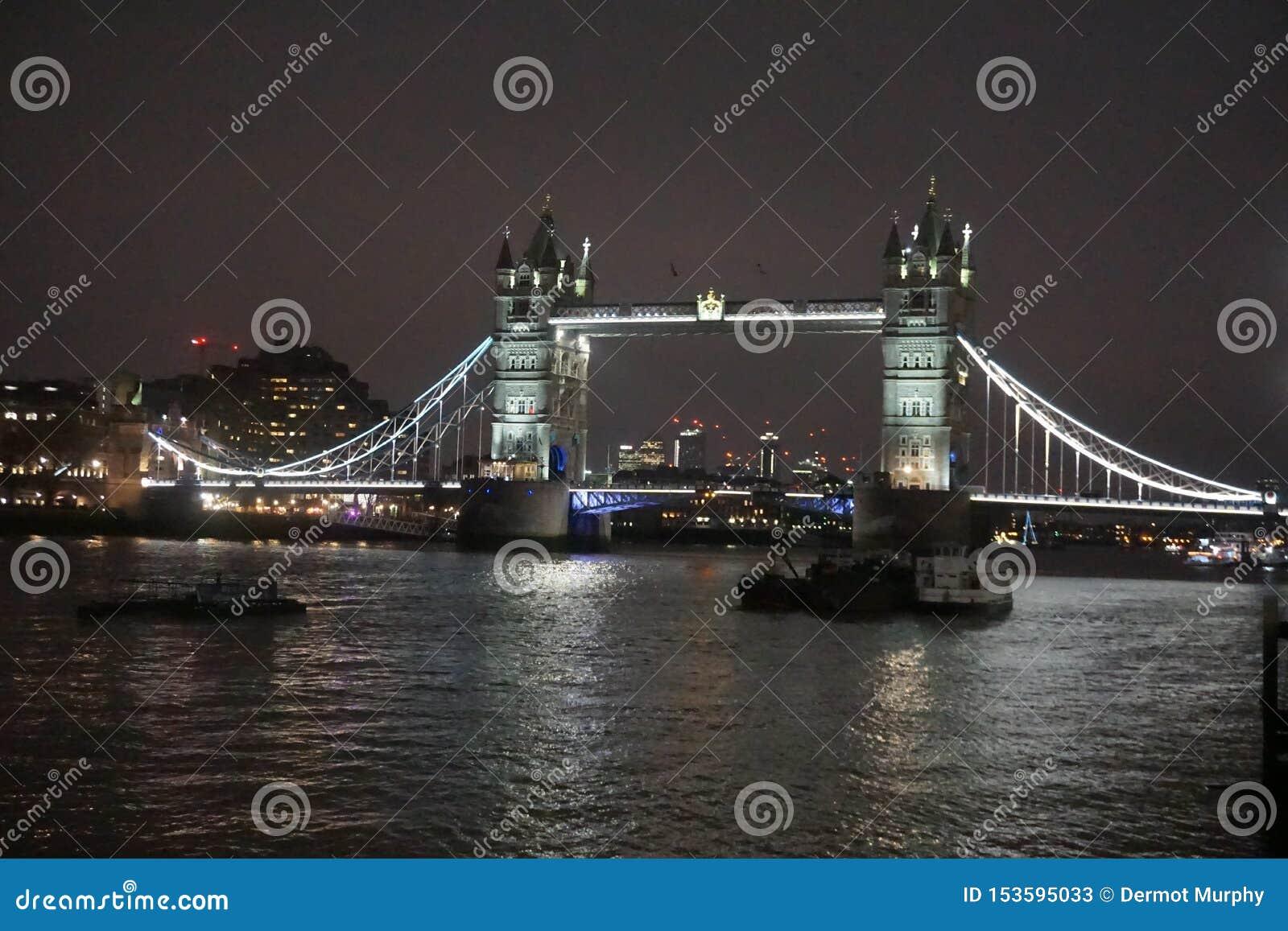Ponte da torre na noite que mostra a Tamisa