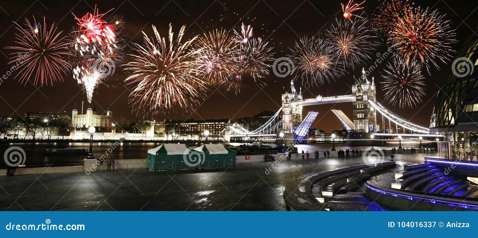 Ponte da torre na noite, ` s Eve Fireworks do ano novo sobre a torre Brid