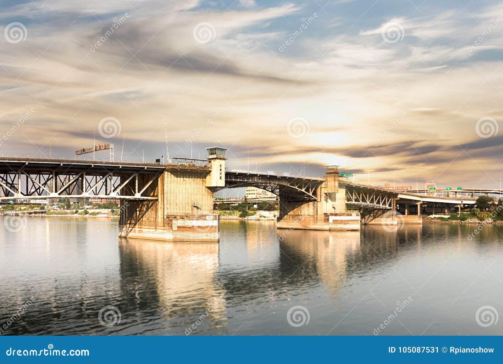 A ponte de Burnside em Portland