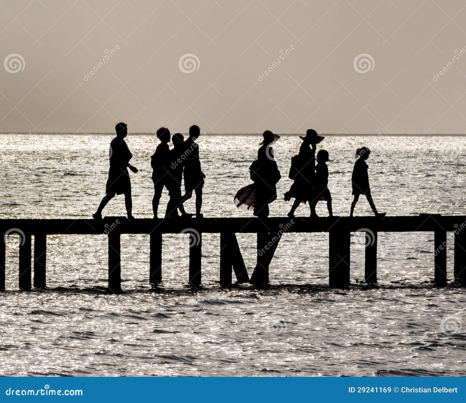 Download Ponte De Cruzamento Da Família Imagem de Stock - Imagem de affectionate, lifestyle: 29241169