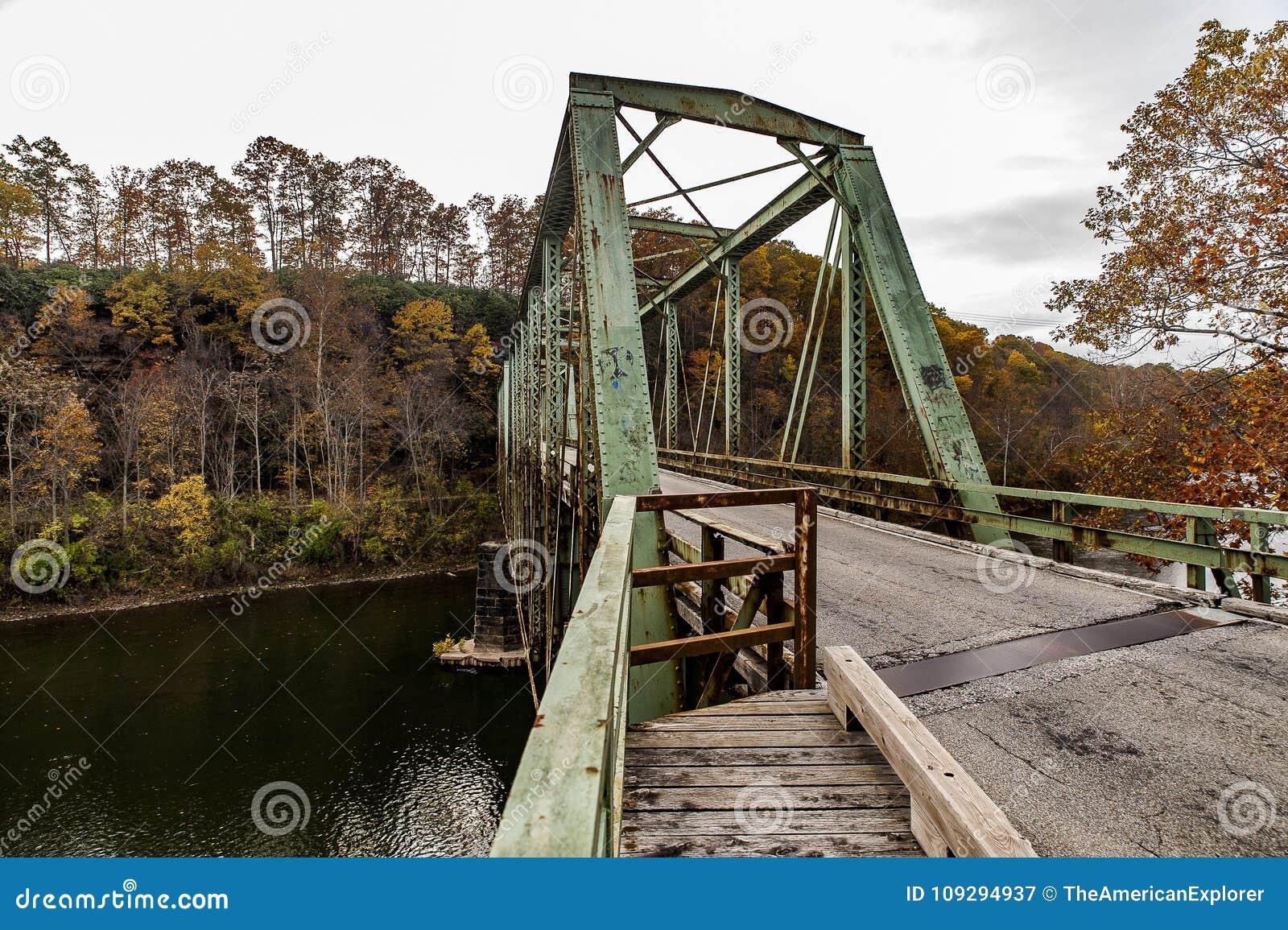 Ponte de fardo verde histórica no outono - Layton Bridge - o Condado de Fayette, Pensilvânia