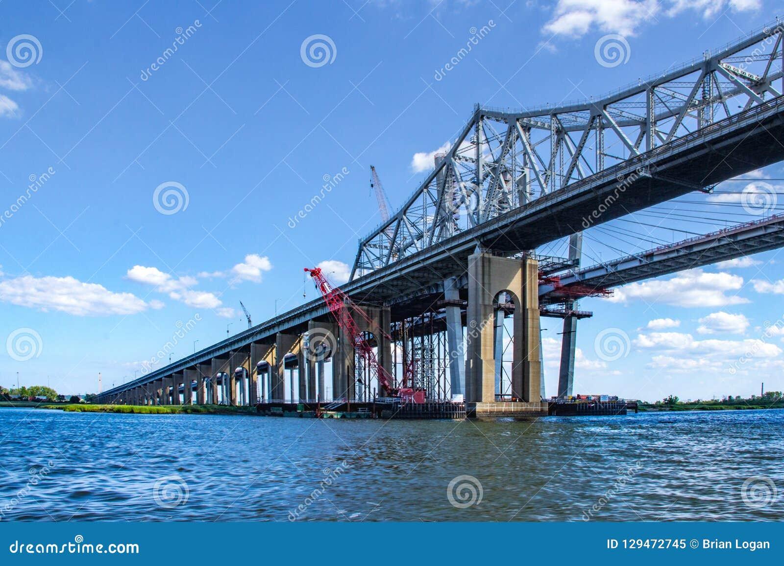 A ponte de Goethals sobre Arthur Kill Connecting Staten Island e o NYC