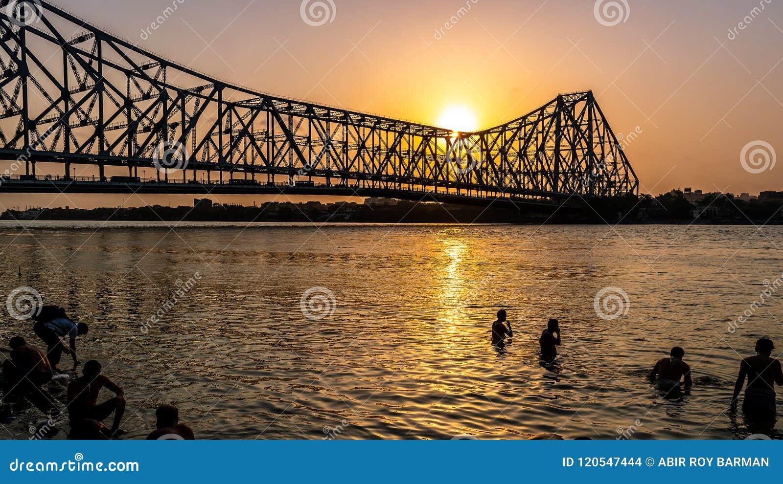 Ponte de Howrah na altura do nascer do sol