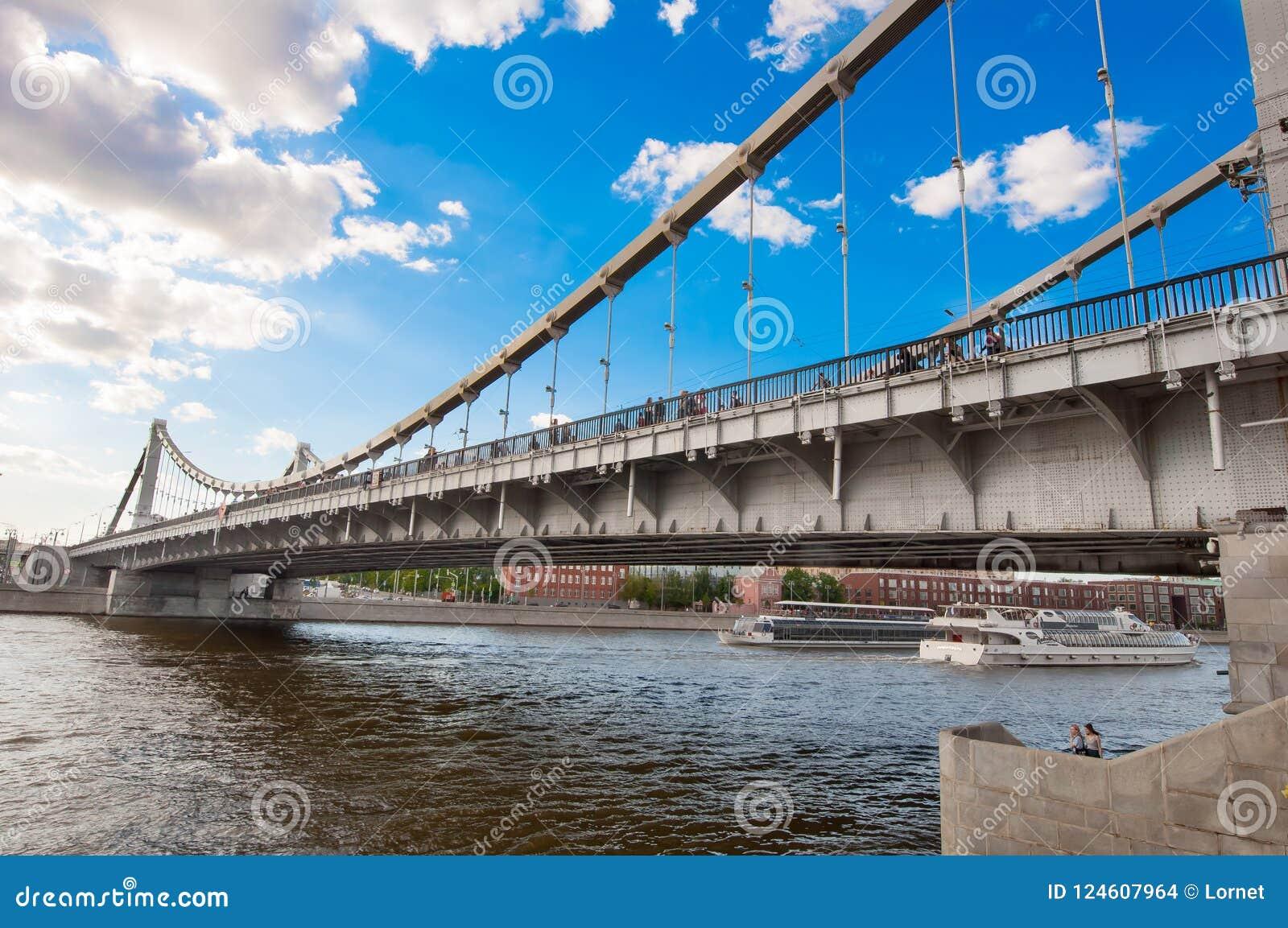 Ponte de Krymsky ou ponte crimeana em Moscou do centro durante o meio-dia, Rússia