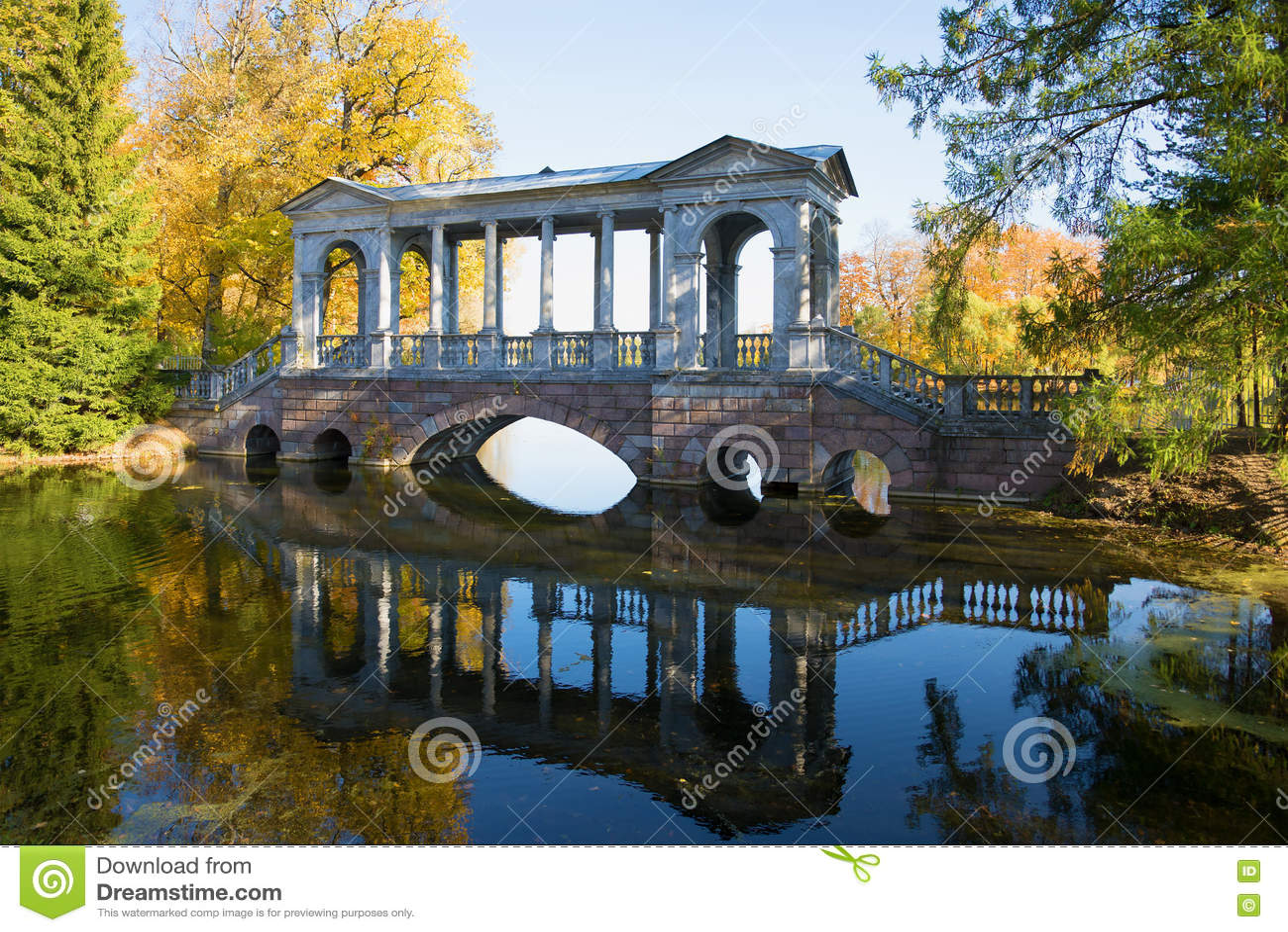 Ponte de mármore, outono dourado Catherine Park de Tsarskoye Selo