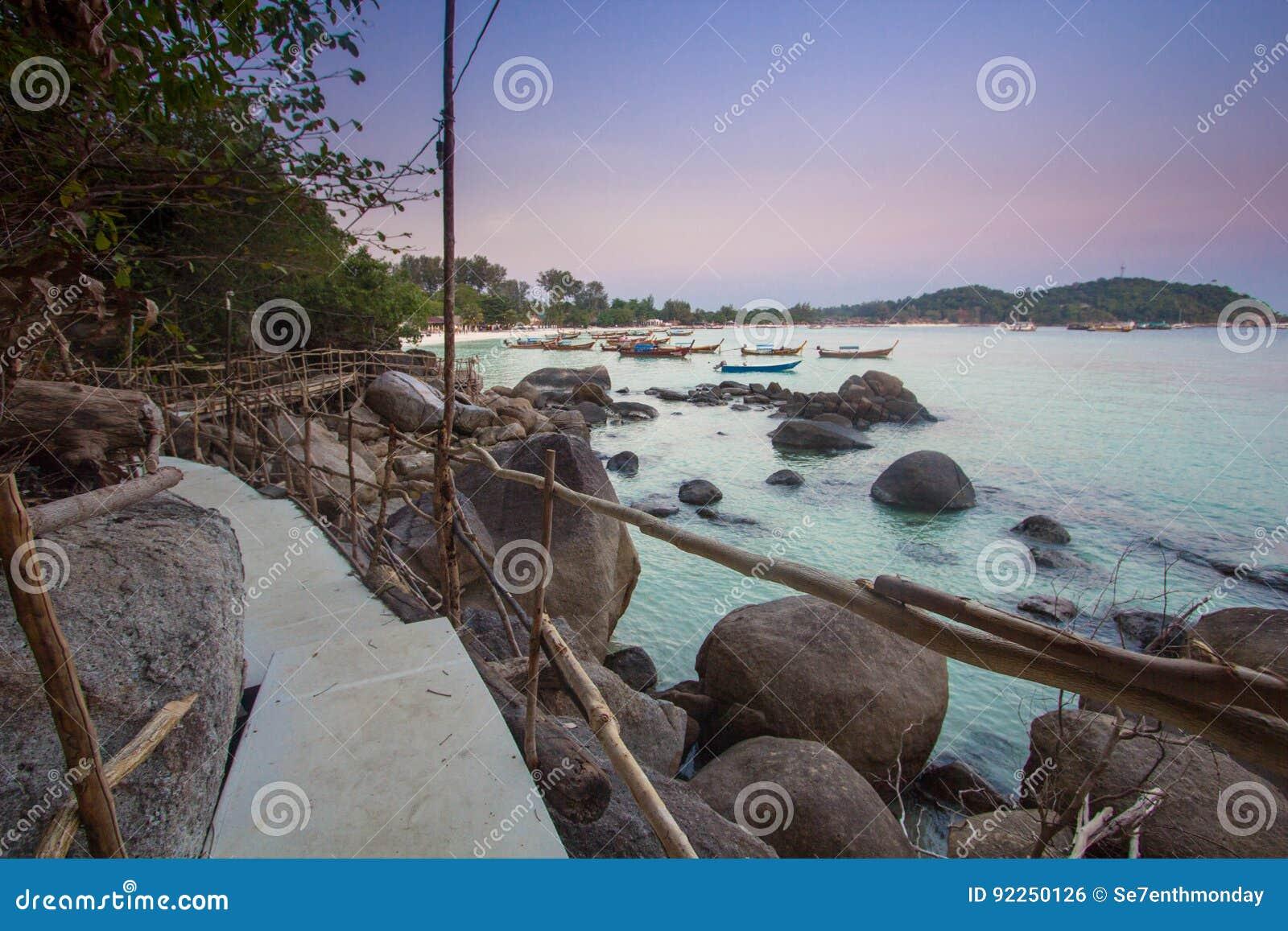 Ponte de madeira com crepúsculo na ilha de Lipe, Tailândia