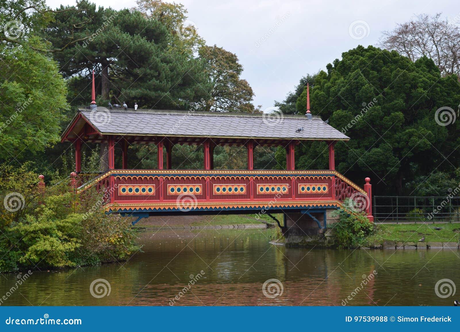 Ponte de madeira da fantasia do parque de Birkenhead