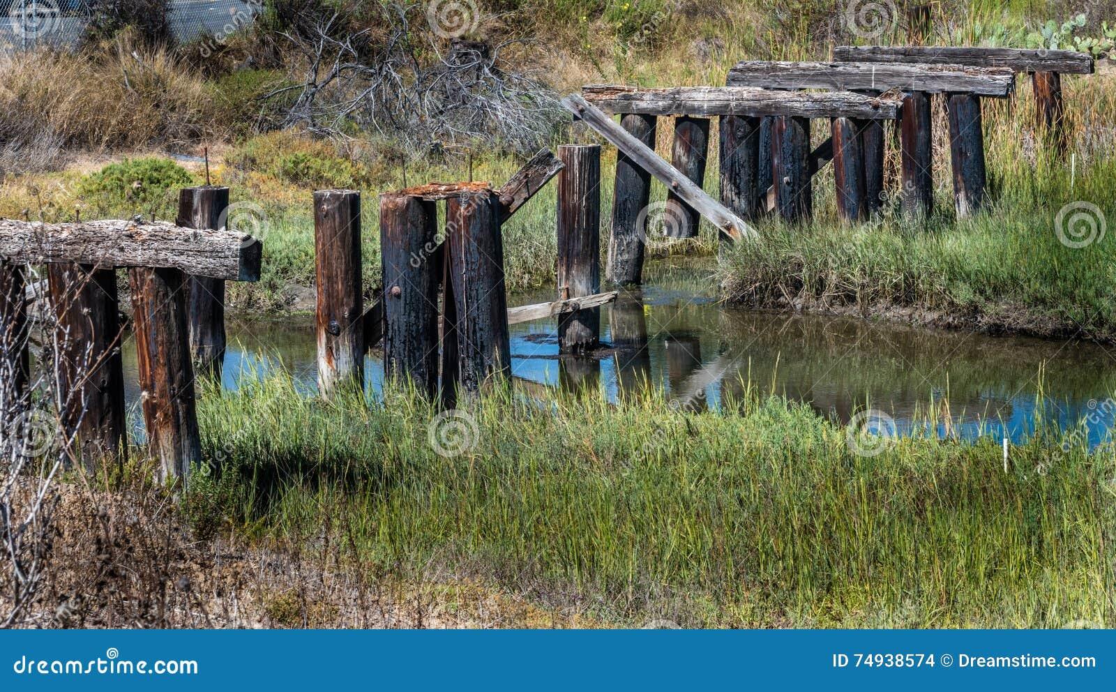 Ponte de madeira destruída