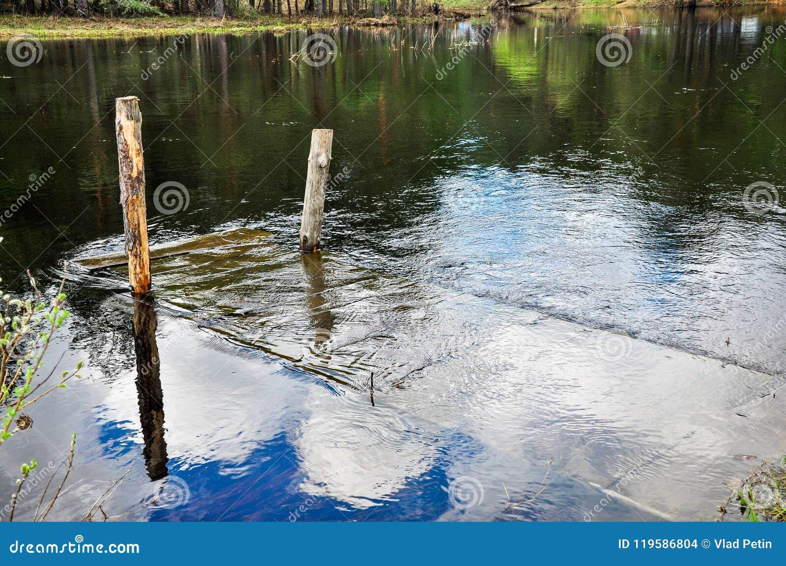 Ponte de madeira inundada