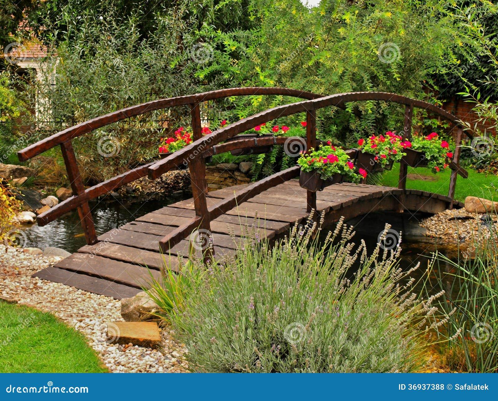 Ponte De Madeira No Jardim Fotos de Stock Royalty Free  Imagem