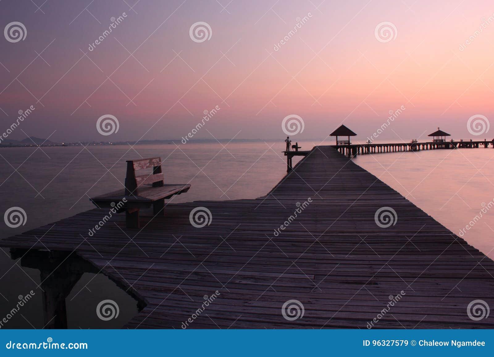 Ponte de madeira no mar