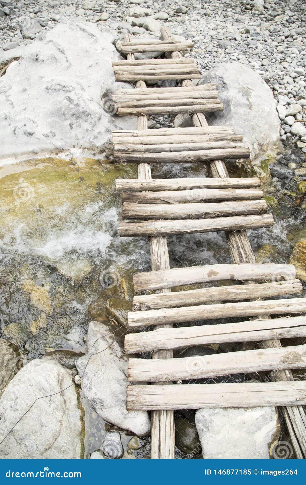 Ponte de madeira pequena