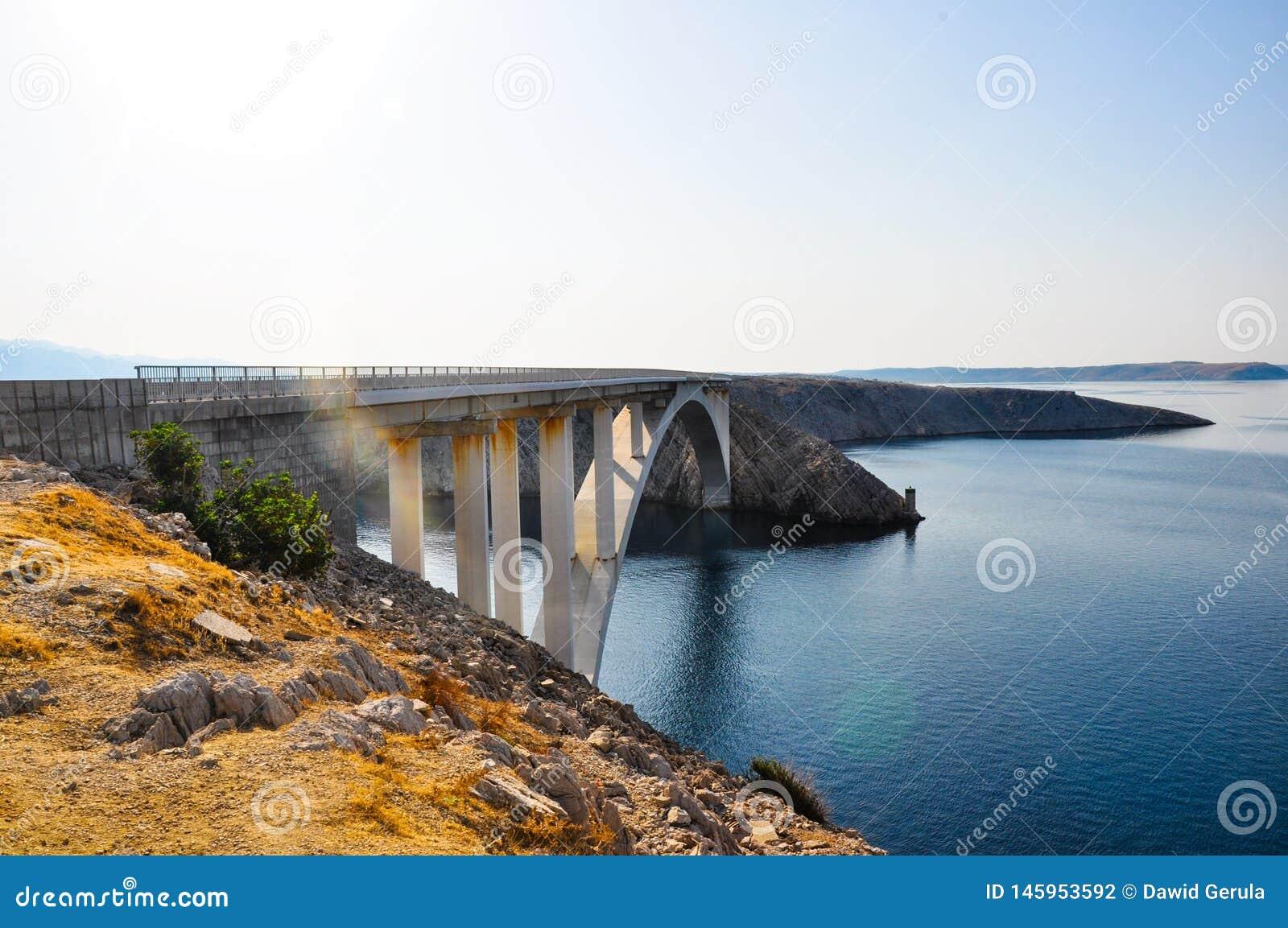 Ponte de Paski na ilha croata Pag, vista do lado Estradas e costa croatas