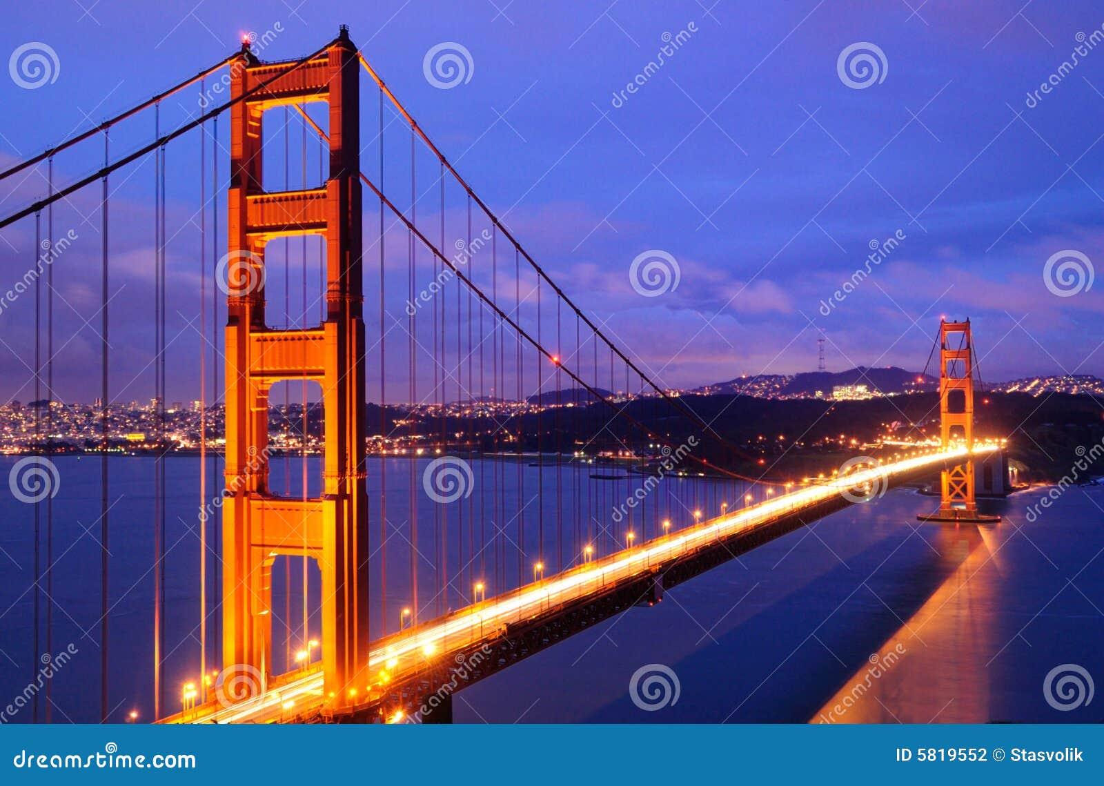 Ponte de porta dourada de incandescência no crepúsculo