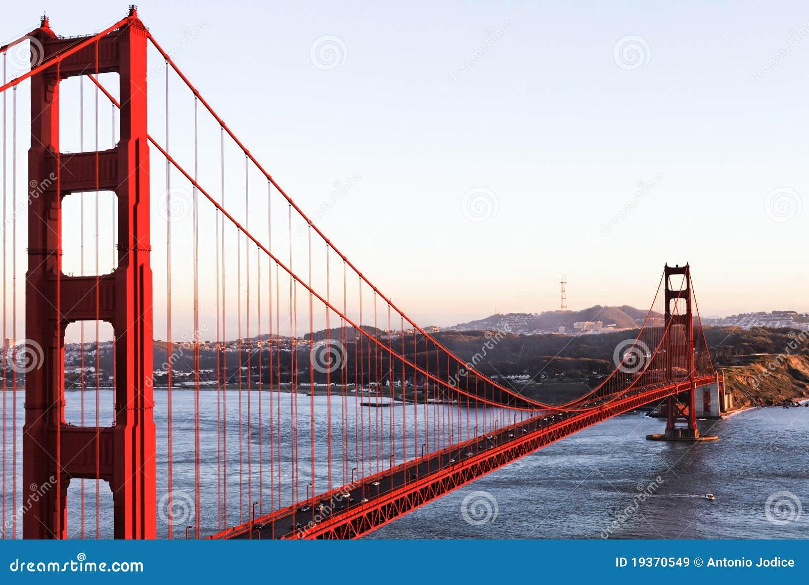 A ponte de porta dourada em San Francisco