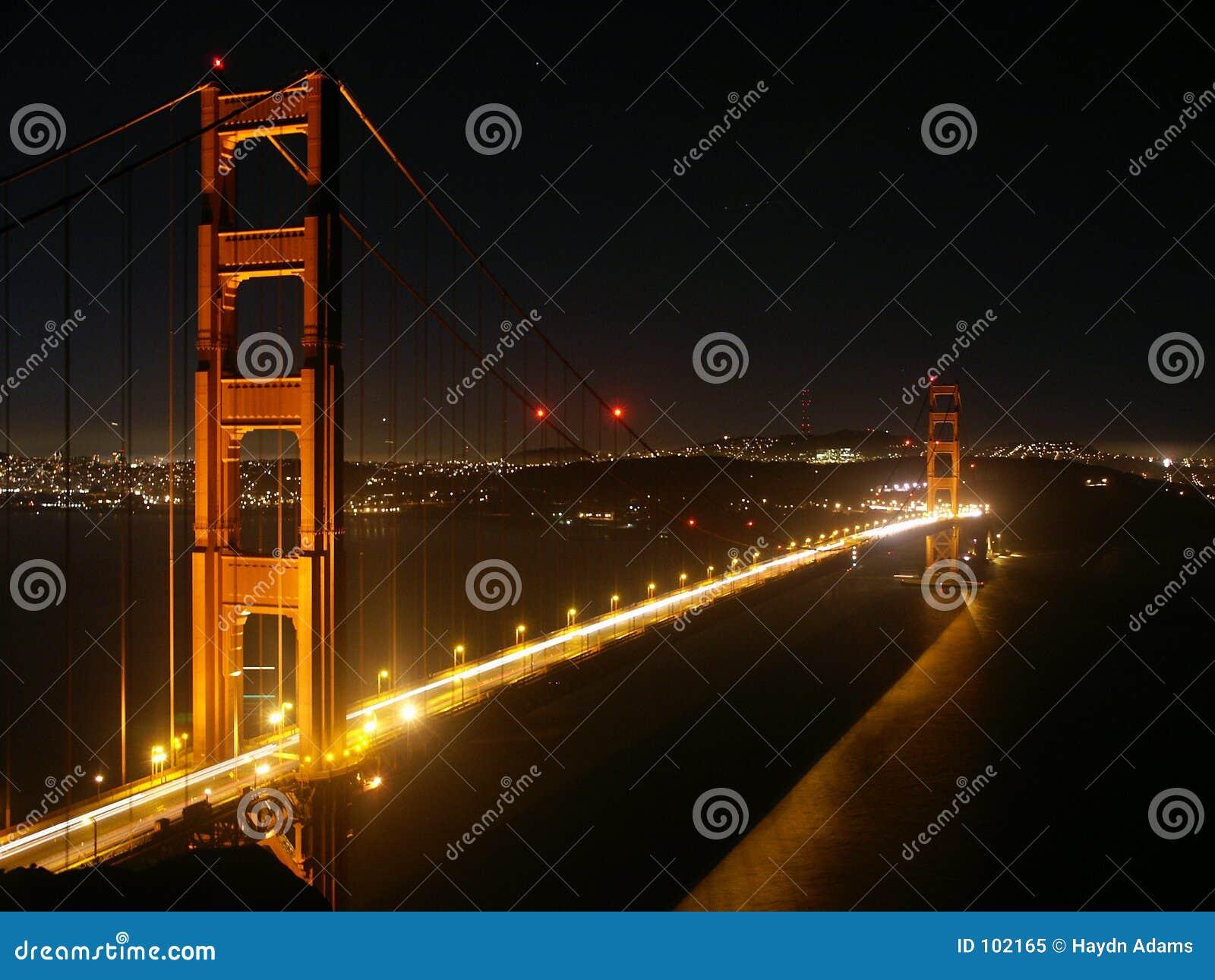Ponte de porta dourada na noite