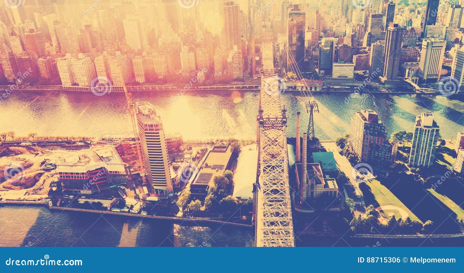Ponte de Queensboro sobre o East River em New York City
