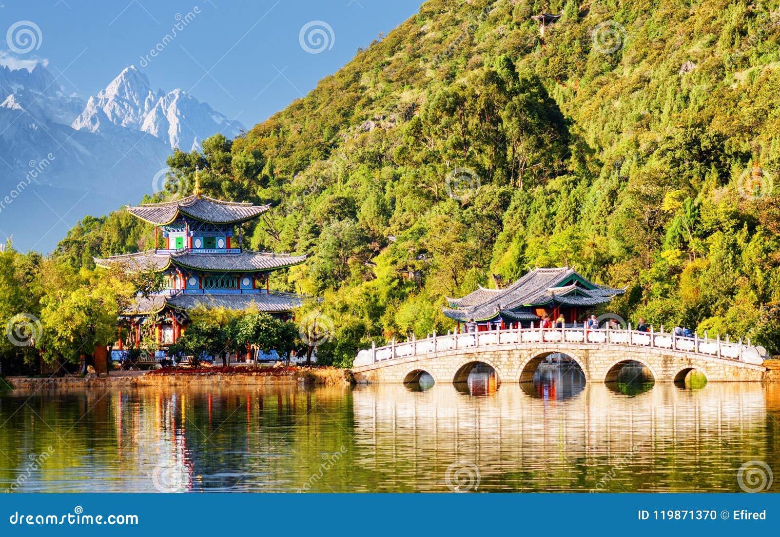 A ponte de Suocui sobre Dragon Pool preto, Lijiang, China