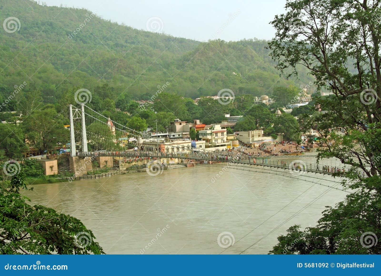 Ponte de suspensão no ganga do rio, rishikesh