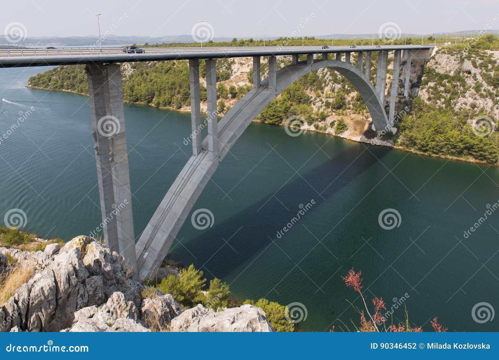 Ponte dell autostrada sopra il fiume di Krka vicino a Sibenik, Croazia