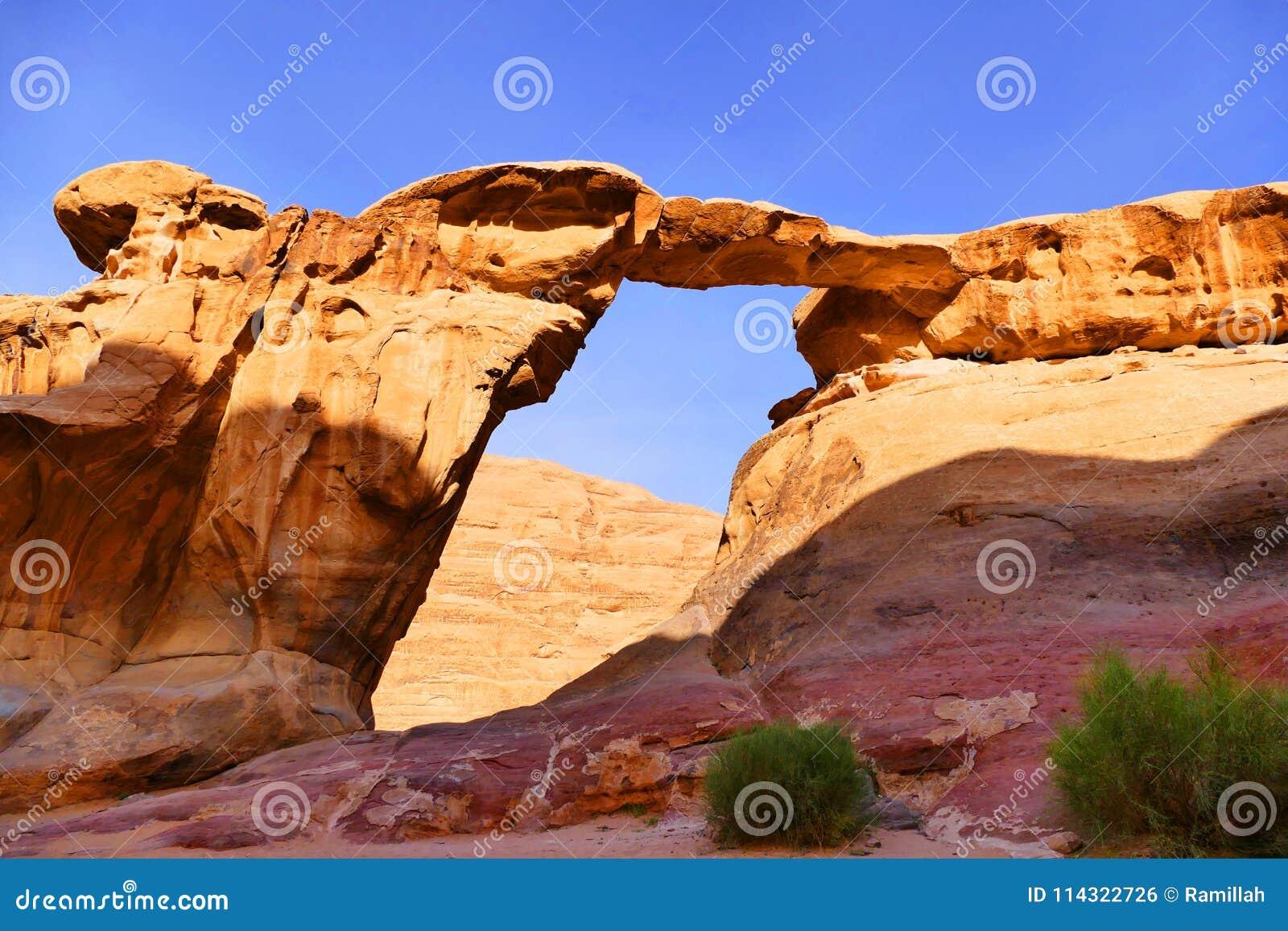 Ponte della roccia di Burdah in Wadi Rum Desert, Giordania