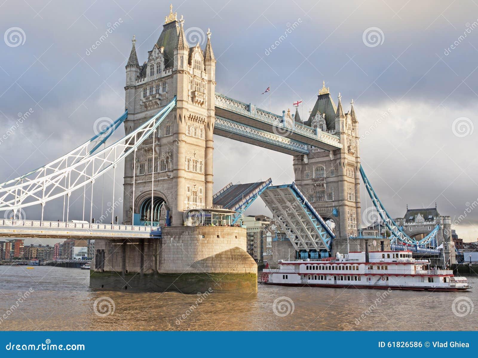Ponte della torre aperto e barca che passa da parte a parte, Londra, Inghilterra