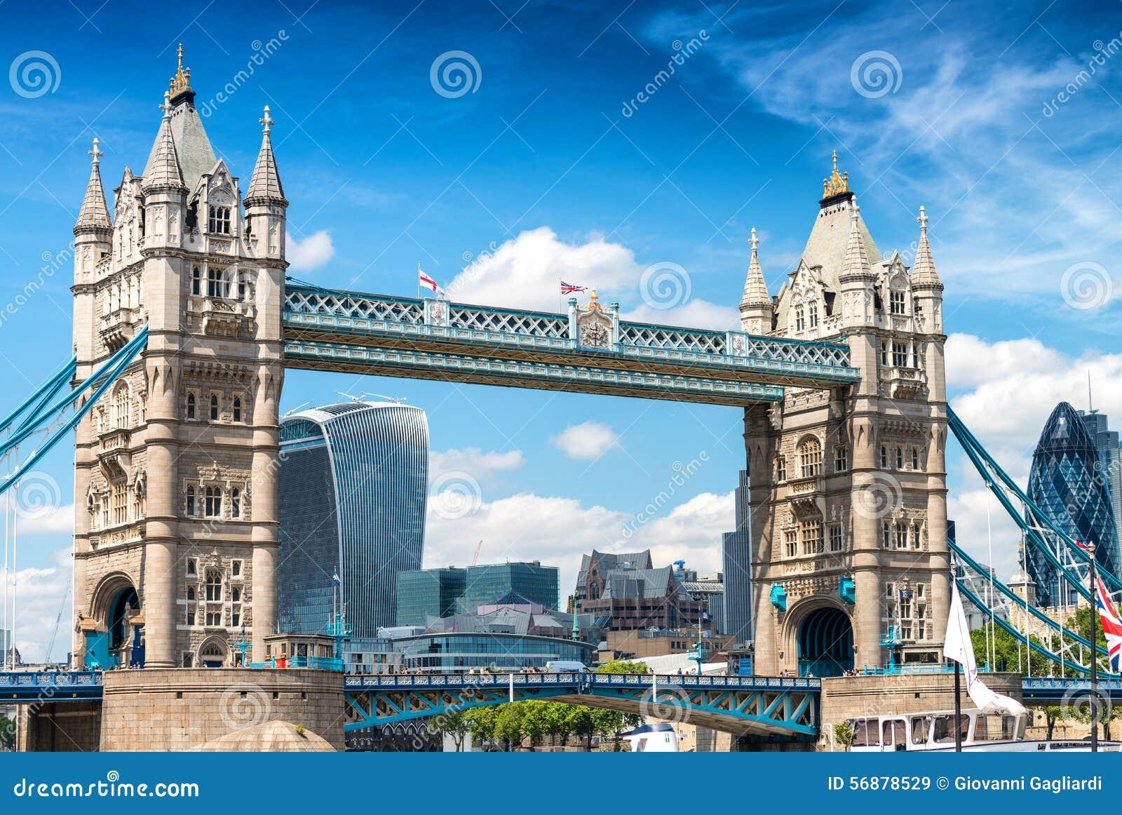 Ponte della torre con la città di Londra su fondo Orizzonte della città sopra