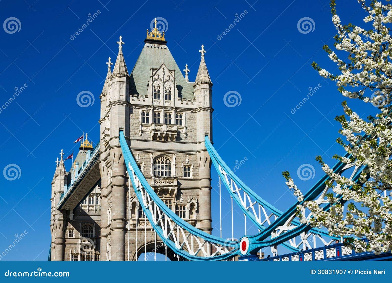 Ponte della torre in primavera