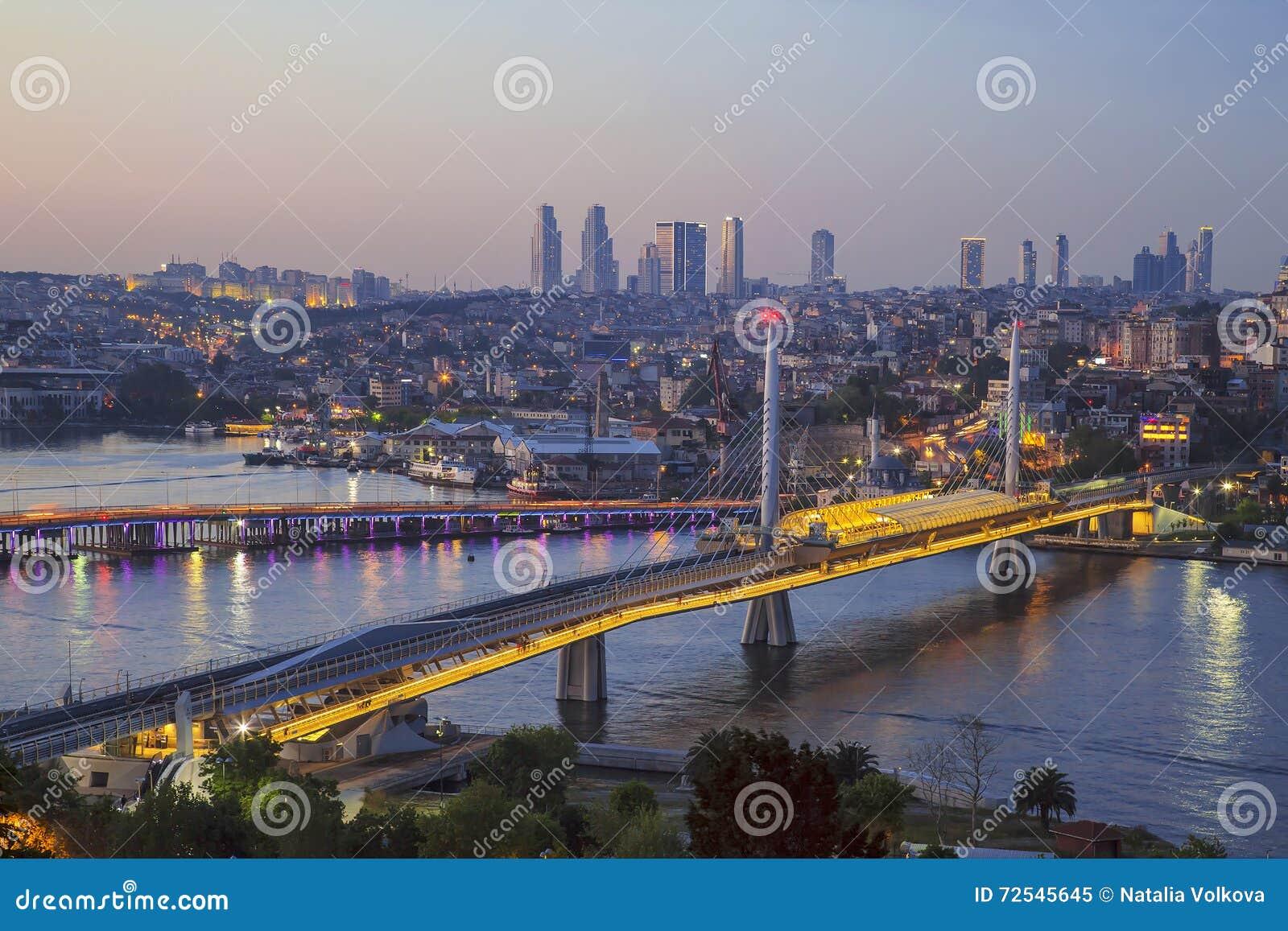 Ponte di Ataturk, ponte della metropolitana e corno dorato alla notte - Costantinopoli,