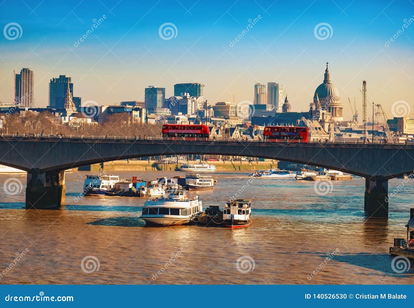 Ponte di Blackfriars ed il Tamigi famoso a Londra