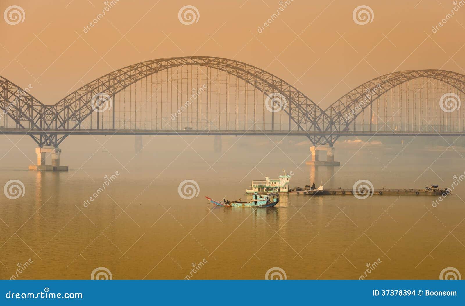 Ponte di Irrawaddy in Sagaing, Myanmar