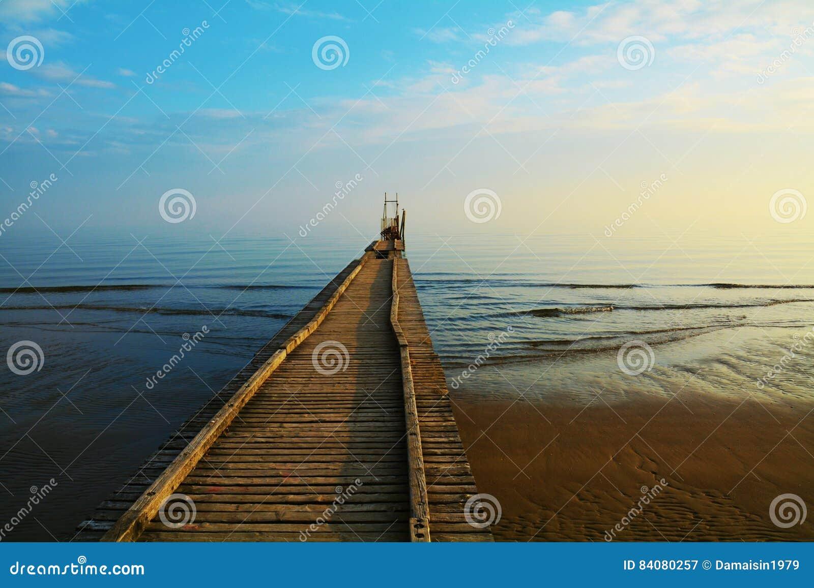 Ponte di legno sul mare adriatico jesolo immagine stock immagine