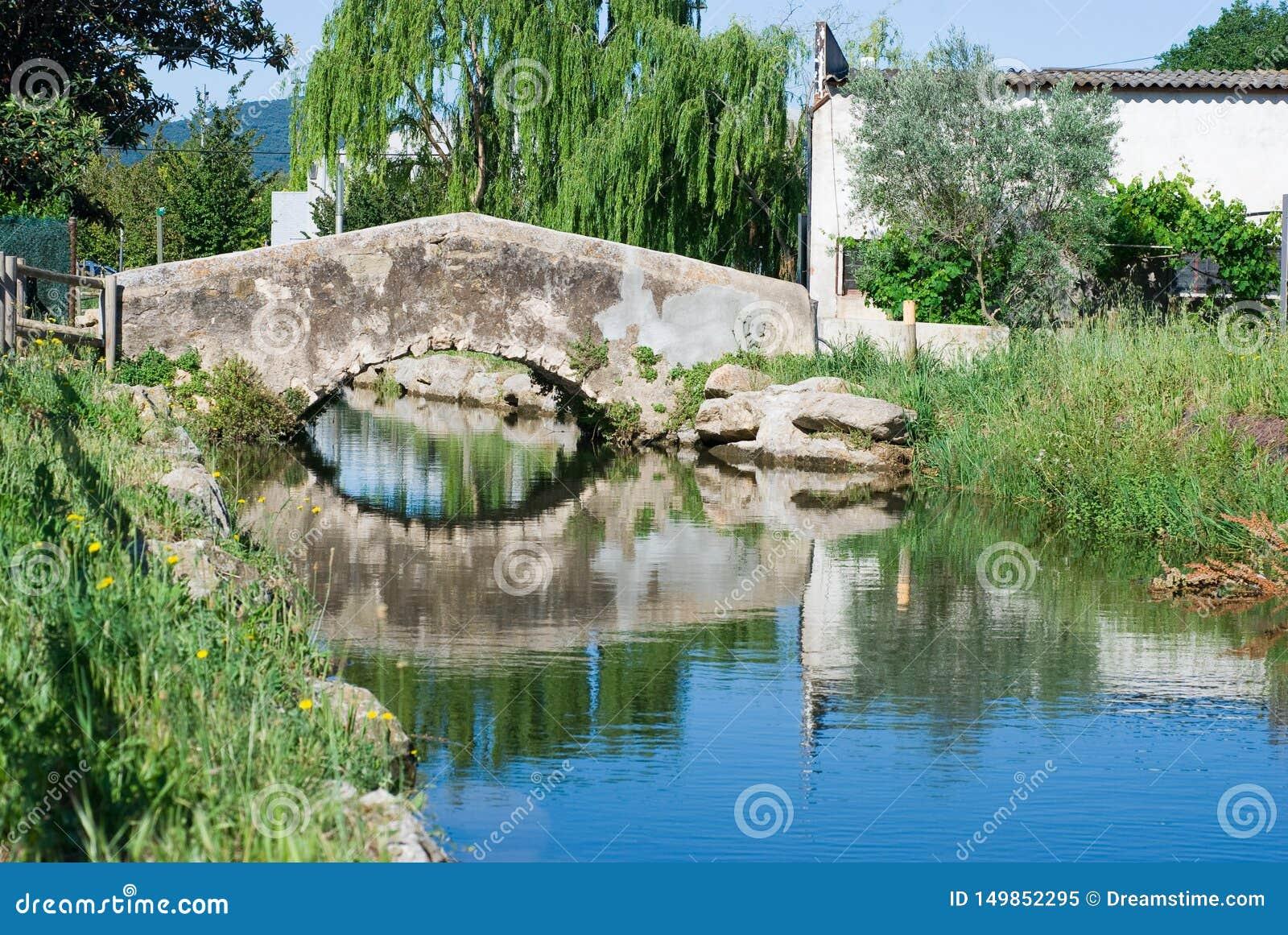 Ponte di piccolo villaggio catalano Acqua di fiume