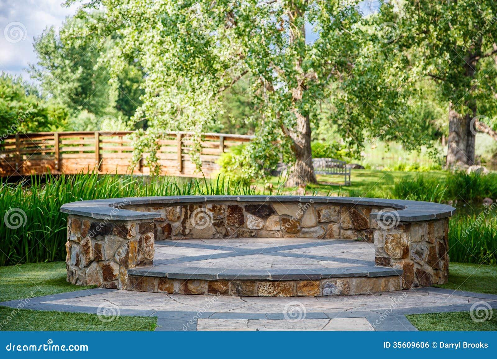 Pedana Di Legno Per Giardino ponte di pietra di legno e della pedana fotografia stock