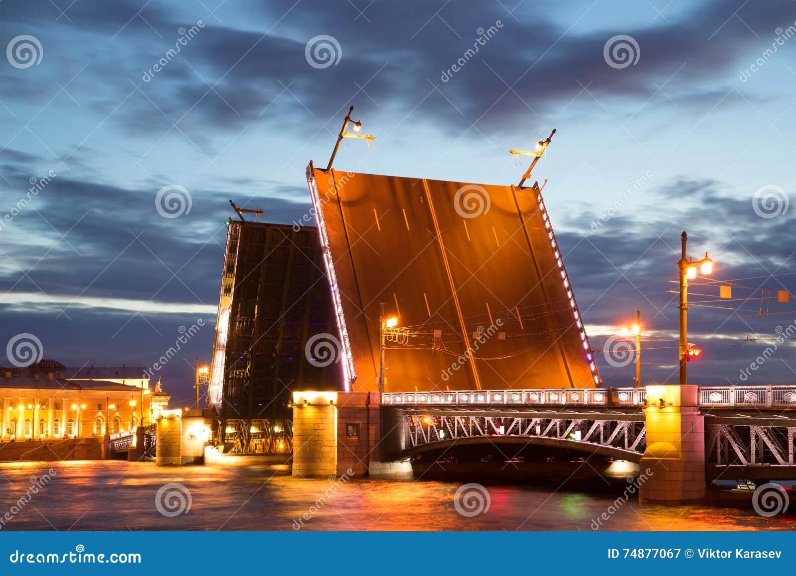 Ponte divorciada do palácio, noite branca de junho St Petersburg