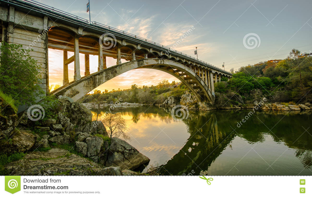 Ponte do arco-íris no por do sol em Folsom, CA