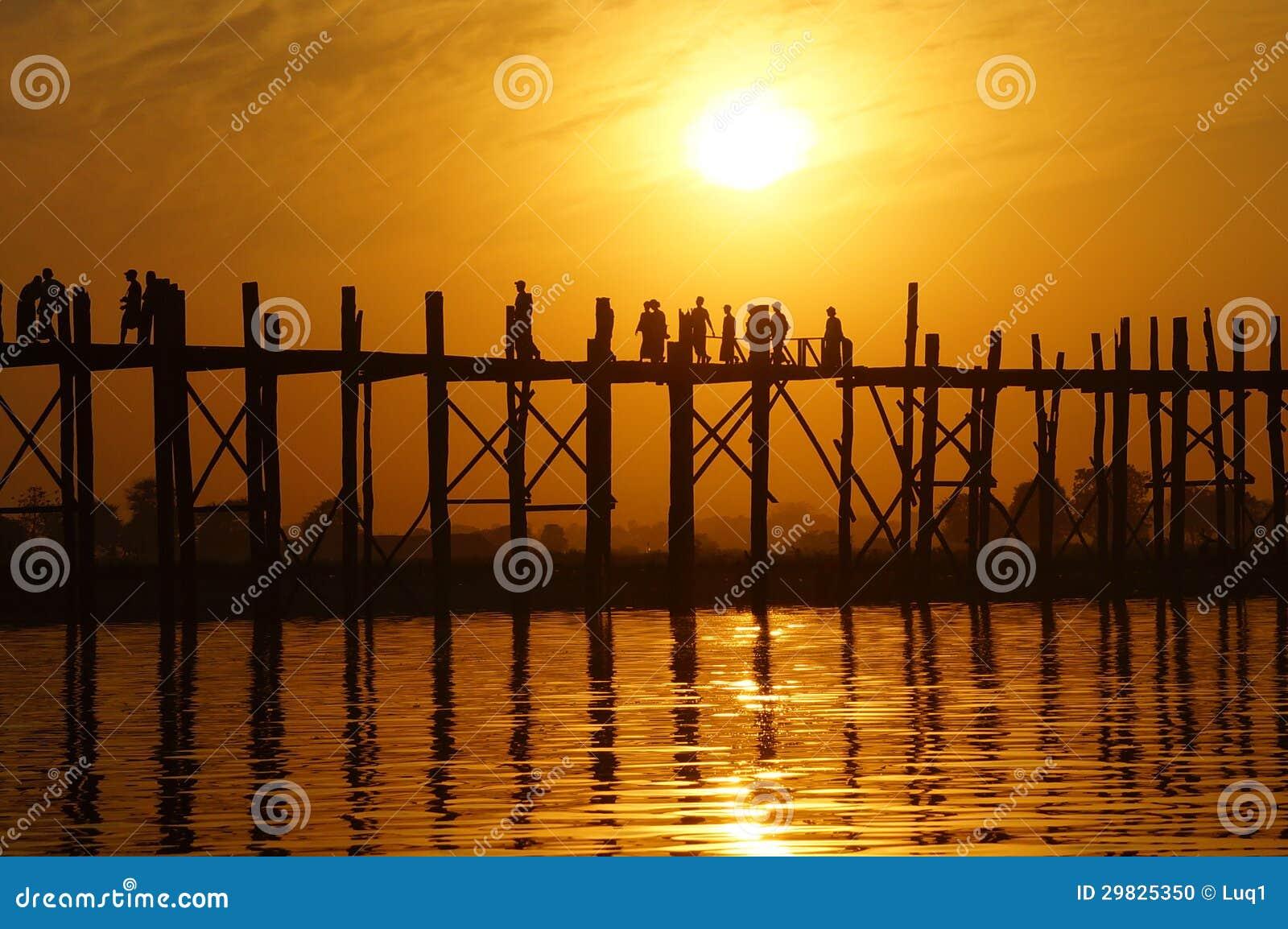 Ponte do bein de U no por do sol em Amarapura perto de Mandalay, Myanmar (Burma)